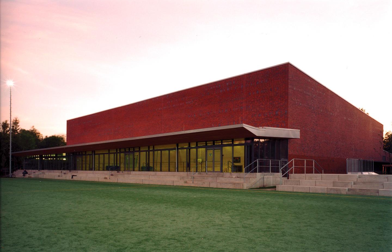 Sporthalle vom Sportfeld aus gesehen / Schul- und Sportzentrum Timmendorf Strand