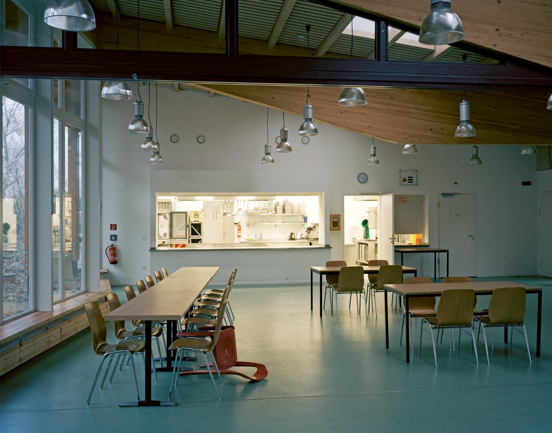 Saal mit Blick in die Küche / Waldorfschule im märkischen Viertel